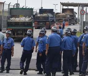 米軍キャンプ・シュワブ内に砕石を搬入するトラック=18日、名護市辺野古