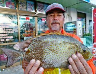 2月27日、糸満釣りイカダのダンゴ釣りで38センチのカーエーを釣った安次嶺淳さん。道糸とハリス1・75号、針真鯛王10号、餌はオキアミ