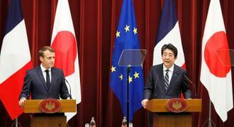 会談後、共同記者会見するフランスのマクロン大統領(左)と安倍首相=26日午後、首相官邸