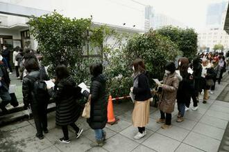植松聖被告の裁判員裁判第8回公判で傍聴券を求めて列を作る人たち=24日午前、横浜市