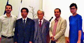 大使公邸での授与式。(右2人目から)アントニオ・リヴィエール氏、パリ日仏記者会会長ポール・ファブラ氏、鈴木庸一在仏大使。両端はこれまでの受賞者