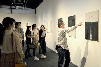 真喜志勉さんの作品を鑑賞する来場者=4日、東京都・多摩美術大学美術館