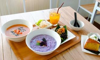 トマトチーズ粥(左奥)と紅芋粥(手前)。6種類から選んだおかゆに、サラダやドリンク、デザートなどが付いて1300円