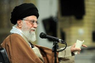 演説するイランの最高指導者ハメネイ師=9日(ロイター=共同)