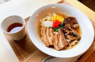 純さんの祖母直伝の三枚肉、ソーキが乗ったスペシャルこころやそば。麺の量は100~400グラムまで選べる
