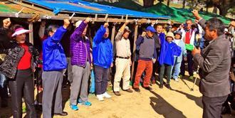 新基地建設阻止を目指し、抗議行動の継続を誓う参加者=26日午後1時すぎ、名護市辺野古の米軍キャンプ・シュワブゲート前