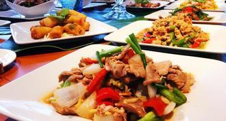 ビュッフェ形式で15種類のタイ料理を楽しめる