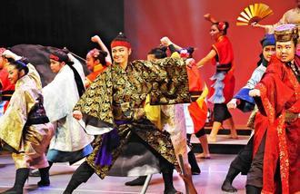 観客をくぎ付けにした現代版組踊「月光の按司 笠末若茶良」公演=9日、那覇市・タイムスホール