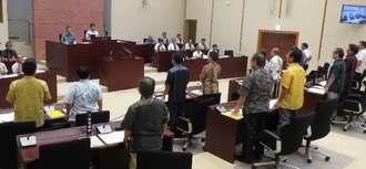 ハリアー墜落事故に対する意見書案を全会一致で可決する嘉手納町議会=28日午前10時15分