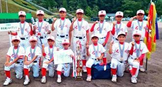 優勝した世名城ジャイアンツ=和歌山県高野町・ちびっこ球場(提供)
