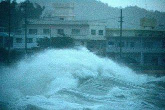 台風19号の影響で防波堤を越える高波=10日午後6時、与那原町板良敷