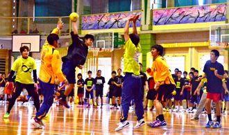 ワラビーハンドボールスクールでコラソンの選手から指導を受けた中学生たち=沖縄東中学校