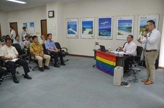LGBTへの理解を求める「OUT JAPAN」の後藤純一編集長(右端)と小泉伸太郎取締役COO(右から2人目)=24日、那覇市の日本トランスオーシャン航空