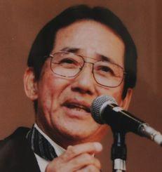 「くずれ格子」の主題歌を約50年前に歌った又吉盛保さん。今も頼まれて歌うことがあるという(本人提供)