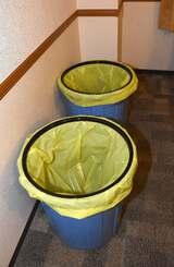 軽症者患者の受け入れる宿泊施設の客室に設けられたゴミ箱=17日午前、那覇市久米・東横イン那覇旭橋駅前