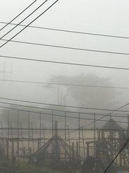 那覇市真嘉比も霧に覆われた=4日午前7時ごろ