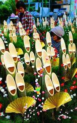 色鮮やかに飾り付けられて出荷を待つ門松=25日、豊見城市金良・野国農園