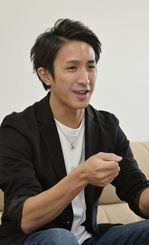 賢順賞の舞台で「沖縄の箏は可能性があると思った」と話す池間北斗=沖縄タイムス社