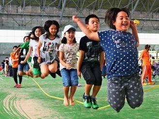 大縄跳びを楽しむ子どもたち=4日、沖縄市・県総合運動公園(渡辺奈々撮影)