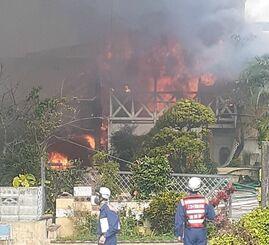 火災が発生している現場の様子=27日午前10時40分ごろ、沖縄県読谷村
