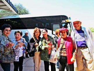 資金捻出で日帰りツアーを実施した北米沖縄県人会婦人部のメンバーら