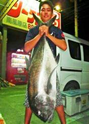 安謝海岸で120センチ、22.6キロのロウニンアジを釣った金城幸輝さん=3日