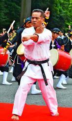 鳥居の前で演武を披露する親川仁志さん=10日、東京・明治神宮