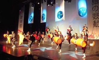 迫力ある演舞を披露する琉球國祭り太鼓=ブエノスアイレス市