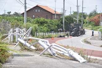 片側1車線の県道70号で南向けに走行していた米軍車両のタンク部分が横転し破損したガードレール=5日午後0時47分、東村宮城