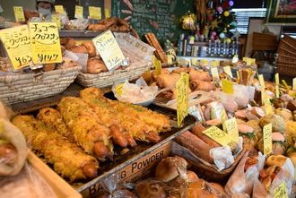 常時80種類以上のパンが並ぶ店内。手前は1番人気の「カレーフランキー」