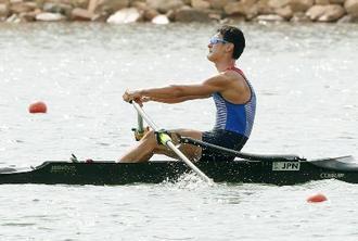 男子シングルスカル予選を1位で通過した荒川龍太=パレンバン(共同)