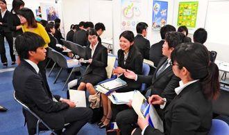 人事担当者と笑顔を交え議論する学生ら=25日、東京都渋谷区