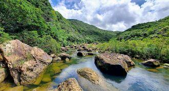 ツアーコースの「雨乞い岩」(提供写真)