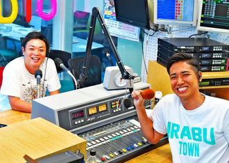 「伊良部のいきいきした情報を伝えたい」と話す琉球放送ラジオのMC嘉大雅さん(右)とナガハマヒロキさん=那覇市久茂地・琉球放送