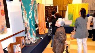 「久米島紬ふりそで展」で久米島紬に見入る町民ら