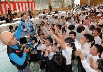学校の誕生会でシャボン玉のパフォーマンスに歓声をあげる子どもたち=4日、那覇市前島・那覇小学校