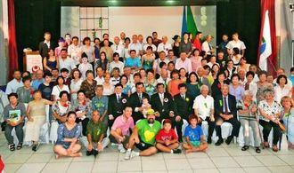 ブラジル南城市民会の皆さんと古謝景春市長ら慶祝団=サンパウロ市