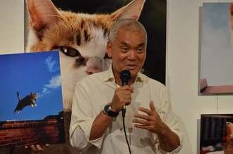 撮影時のエピソードなどを語る、動物写真家の岩合光昭さん=22日、浦添市美術館