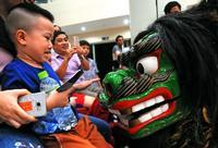 沖縄・八重瀬の獅子、ベトナムで舞う フエ芸能祭を前に病院を慰問