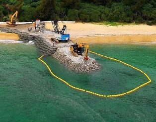 (資料写真)米軍キャンプ・シュワブの海岸で重機を使い進められている護岸工事の現場