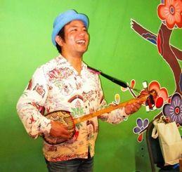 コンサートで歌を披露する東風平さん=7日、北米沖縄県人会館