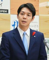 記者会見する鈴木直道北海道知事=23日、北海道庁