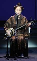 幕開けの「廃藩の武士」を歌う大城美佐子