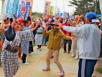 フロート撤去の節目に第2期辺野古総合大学最終日を迎え、最後の演目カチャーシーを踊る約200人の市民ら=30日、名護市・米軍キャンプ・シュワブゲート前テント
