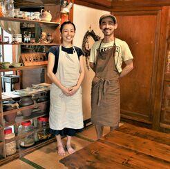 のんびりできる座敷の店内でほほ笑む(左から)加藤律子さん、裕二さん=17日、沖縄市久保田・ヤソウカフェyamacha