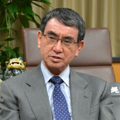 インタビューに答える河野太郎沖縄担当相=2020年12月24日、内閣府