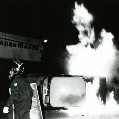 コザ騒動で炎上する米軍関係者の大型乗用車