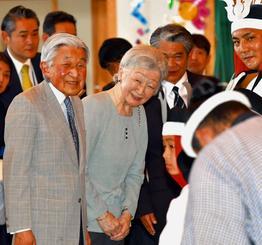 与那国町立久部良小学校で伝統芸能をご覧になった後、声を掛ける天皇、皇后両陛下=28日午後3時13分、与那国町(代表撮影)