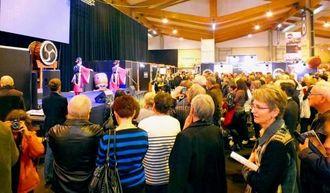 大勢の地元市民が琉球舞踊のステージに見入った=コルマール市展示会場