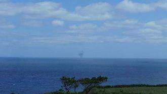 久米島町から北方の方角から爆発音が聞こえ、黒煙が上がった=21日午前10時半ごろ(読者提供)
